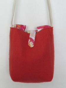 A basic boxy bag of a stiff wool in a great orangey pink color. I used an orange-pink floral linen shirt sleeves as a lining, and utilized the roll-up sleeve button straps as a closure.